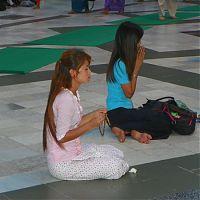 Местные девушки медитируют возле Шведагона