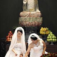 Буддийская свадьба - лесбиянки