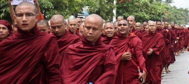 Буддийские монахи в Мьянме провели митинг против рохингья