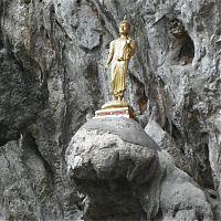 Статуя Будды на скале