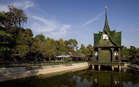 Храм из пивных бутылок в Тайланде