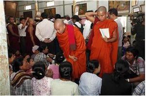Беженцы-мусульмане в буддийском монастыре
