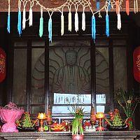 Черты лица пророка Мани (изогнутые брови, пухлые щеки) несколько отличаются от традиционной скульптуры каменного Будды в Китае.