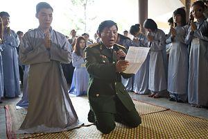 Буддисты-миряне на похоронах генерала