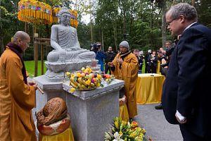 буддийское кладбище в восточной Германии