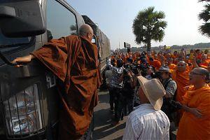 Монахи столкнулись с военными